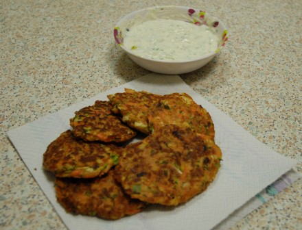 Halloumi-veggie-fritters with a mint, coriander and yoghurt dip